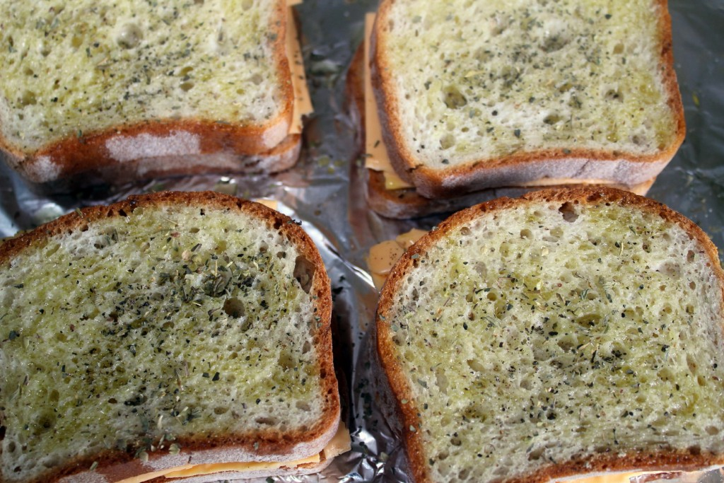 Broiled bread with olive oil and herbs