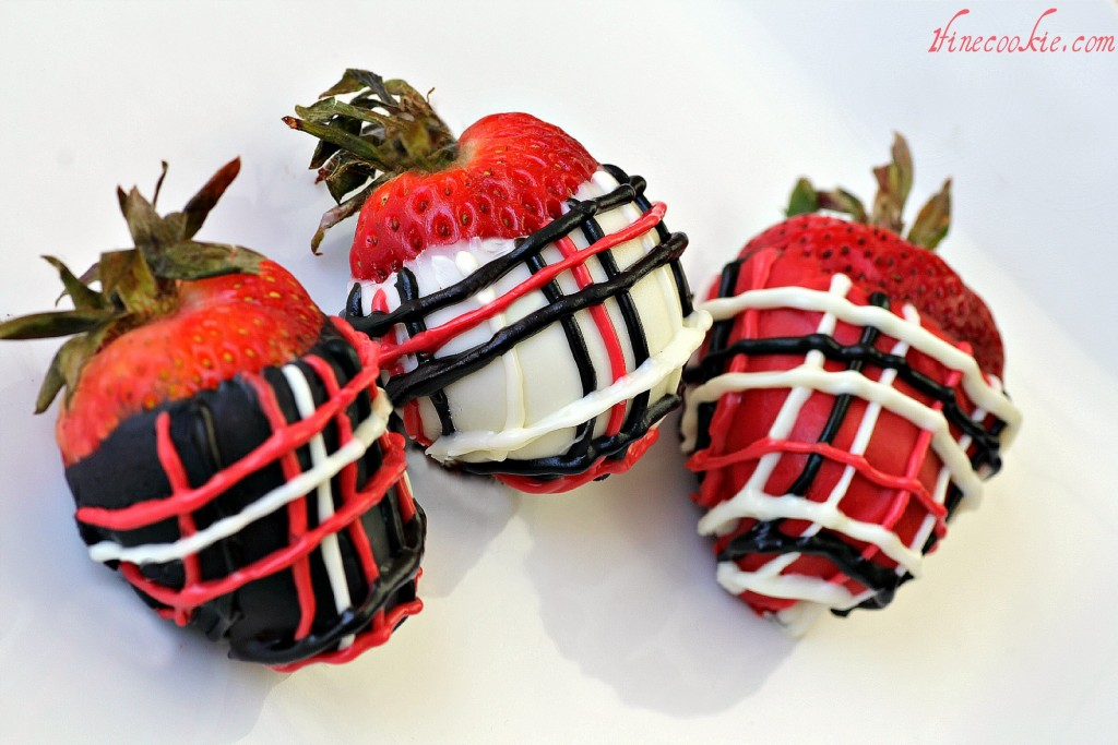 cookies and cream stuffed strawberries, cookies and cream filled strawberries, chocolate dipped strawberroes, covered strawberries, cheesecake stuffed, oreo cookie, oreo cookie filled strawberries, designer, plaid, chocolate pen, candy pen, chocolate cake filled strawberries, stuffed berries, party food, cookie stuffed,